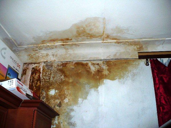 убрать желтое пятно на потолке