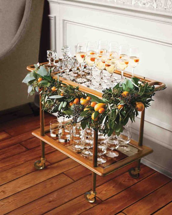 сервировочный столик с мандаринами