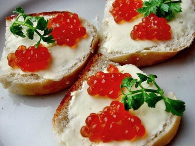 Бутерброды с красной икрой на Новый год 2020: ТОП-10 рецептов