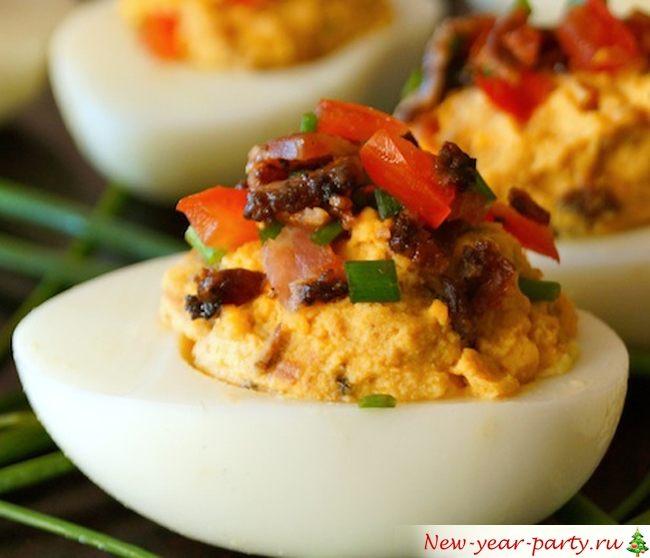Фаршированные яйца с помидорами и беконом фото-рецепт